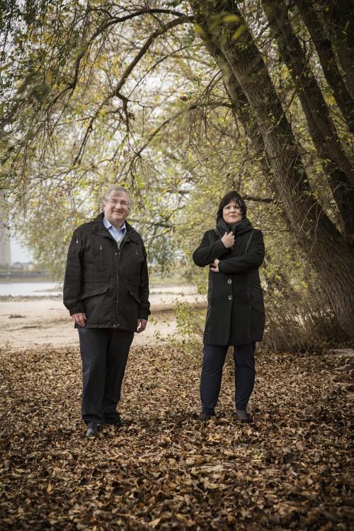 Pfarrerin Barbara Schwahn und Pfarrer Manfred Alberti am Düsseldorfer Rheinufer. (Foto: © Markus Feger)